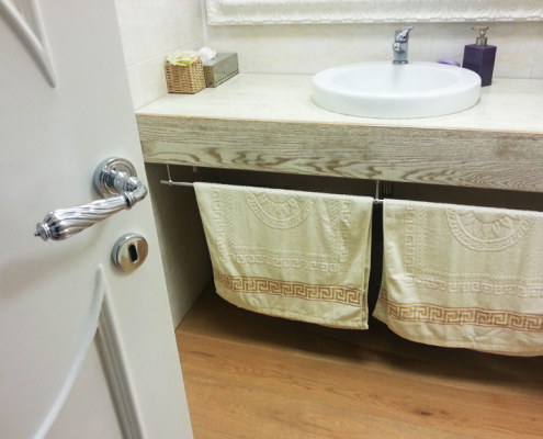 Bathroom cabinet in solid wood